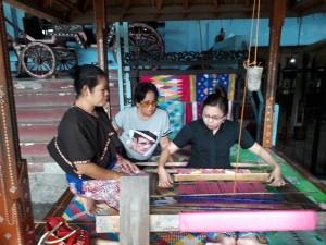 Budaya Menenun Sebagai Bentuk Cinta Terhadap Tanah Air